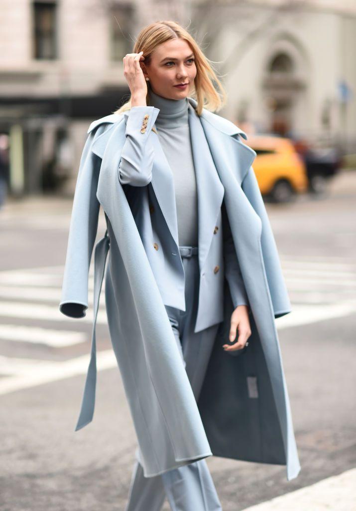 Karlie Kloss với trang phục monochrome màu xanh biển pastel