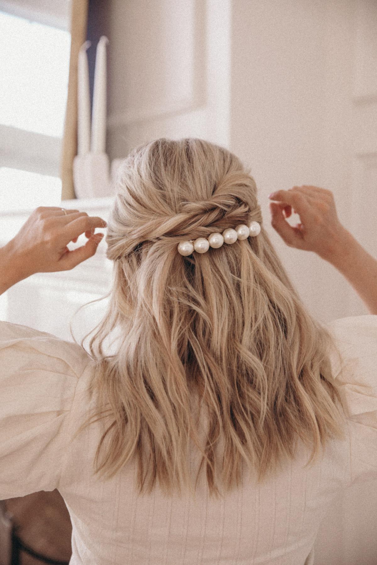 kẹp tóc ngọc trai và tóc xoăn màu vàng