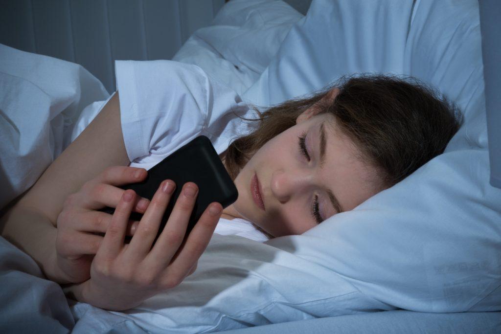 cô gái bấm điện thoại - giấc ngủ