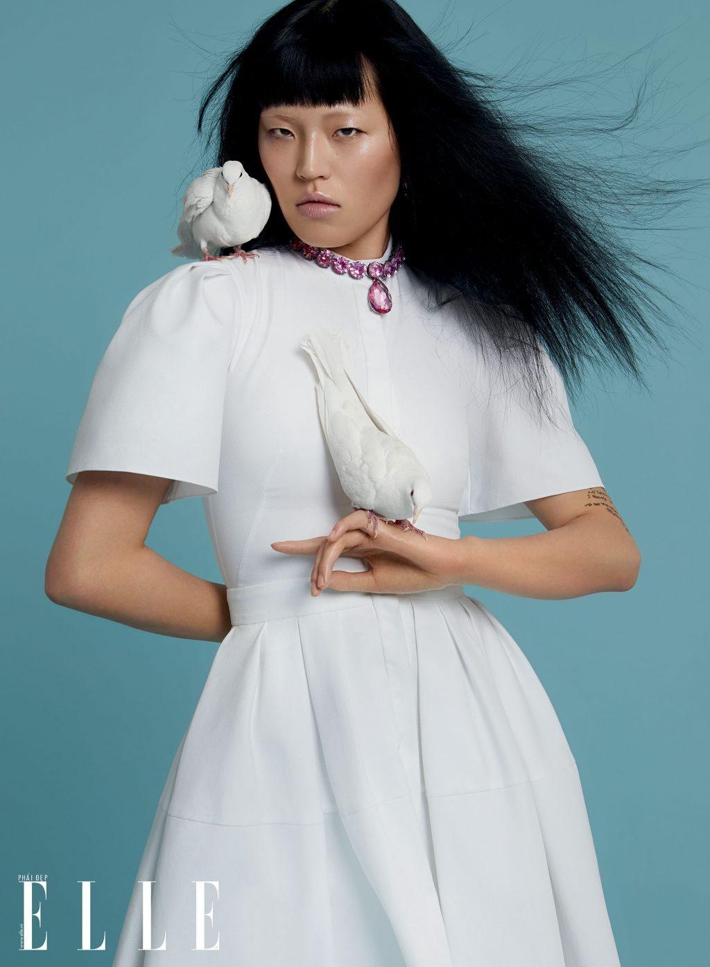 cô gái đeo vòng cổ tím và chim bồ câu