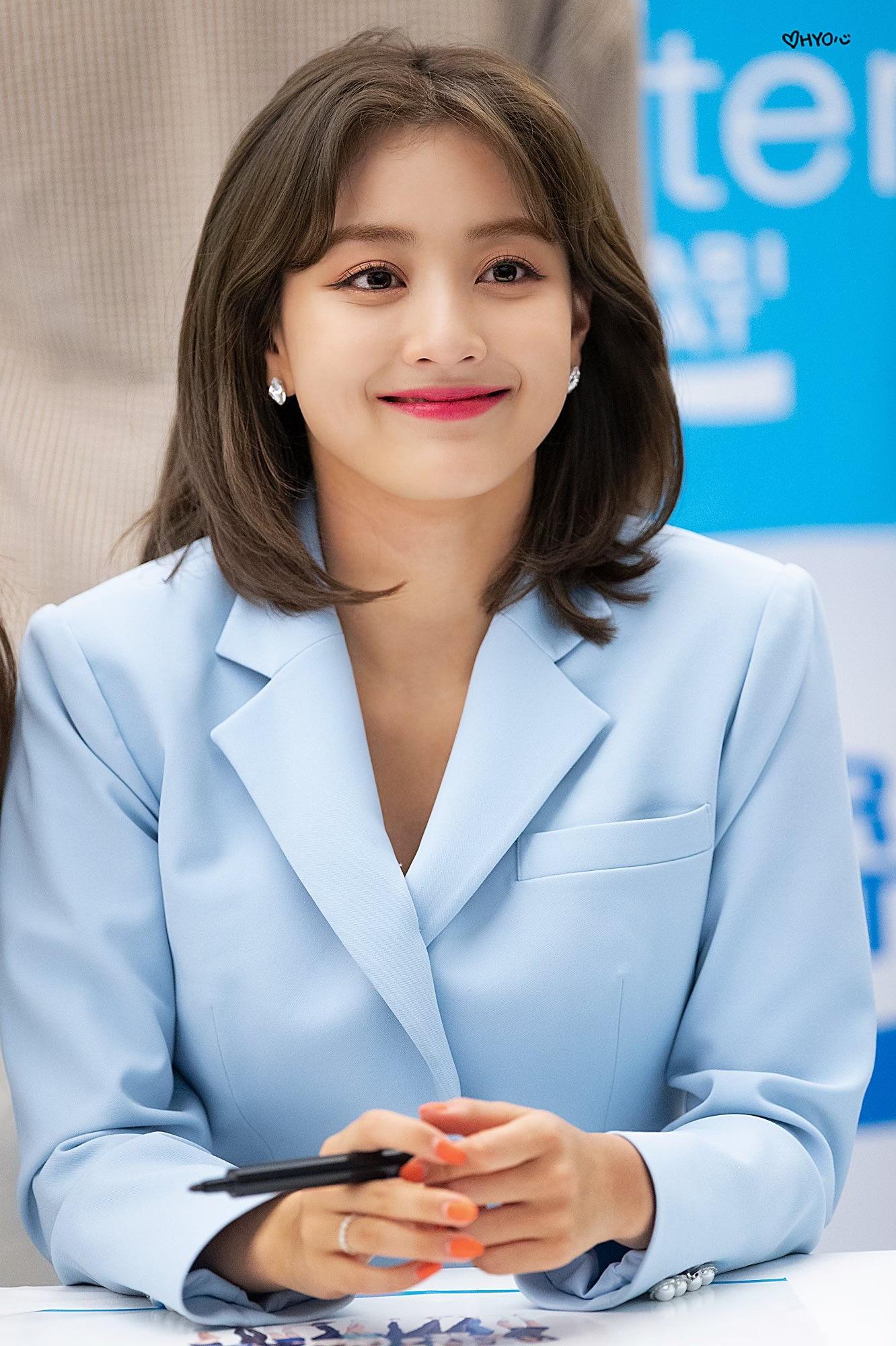 Ji Hyo trong trang phục màu xanh pastel