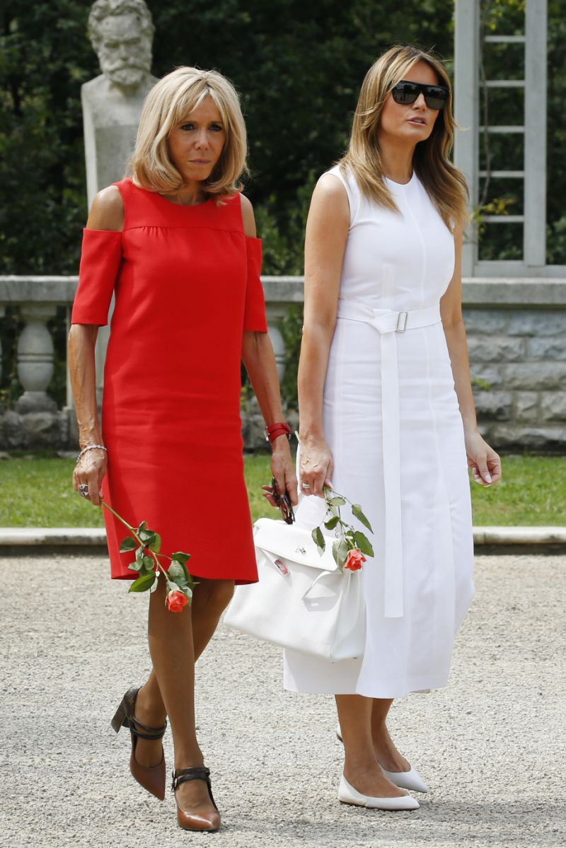 phu nhân melania trump mặc đầm trắg và brigitte caron mặc đầm đỏ ở hội nghị g7