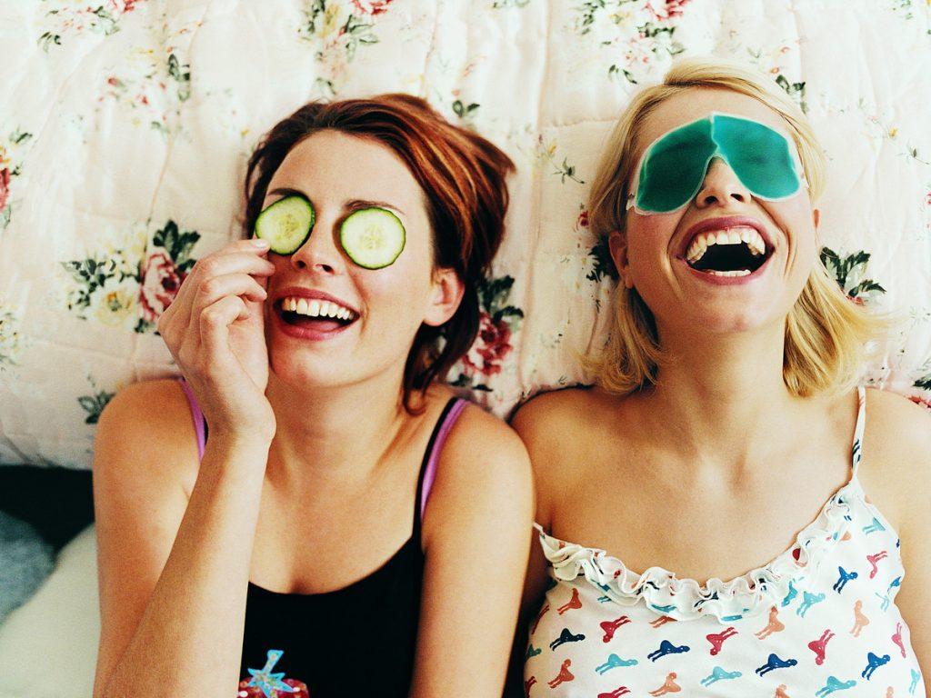 phụ nữ đang cười - thành phần dưỡng da