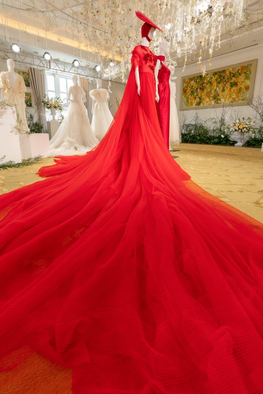 Thiết kế điểm nhấn của bộ sưu tập Espoir. Váy cưới trong sắc đỏ cùng phần vạt dài và phụ kiện tóc mang vẻ đẹp đậm chất Á Đông.