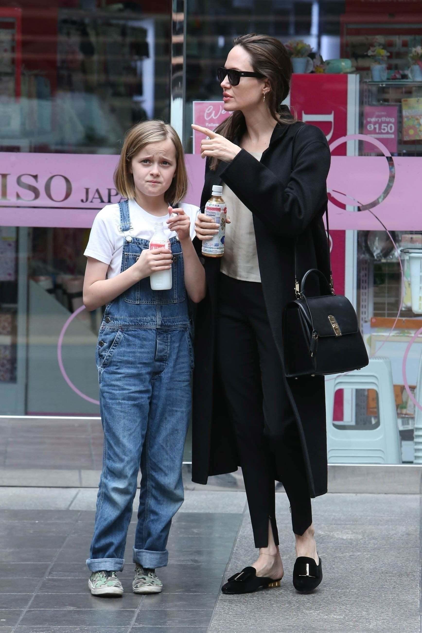 Angelina Jolie cùng chiếc túi BOXYZ của nhà mốt Salvatore Ferragamo