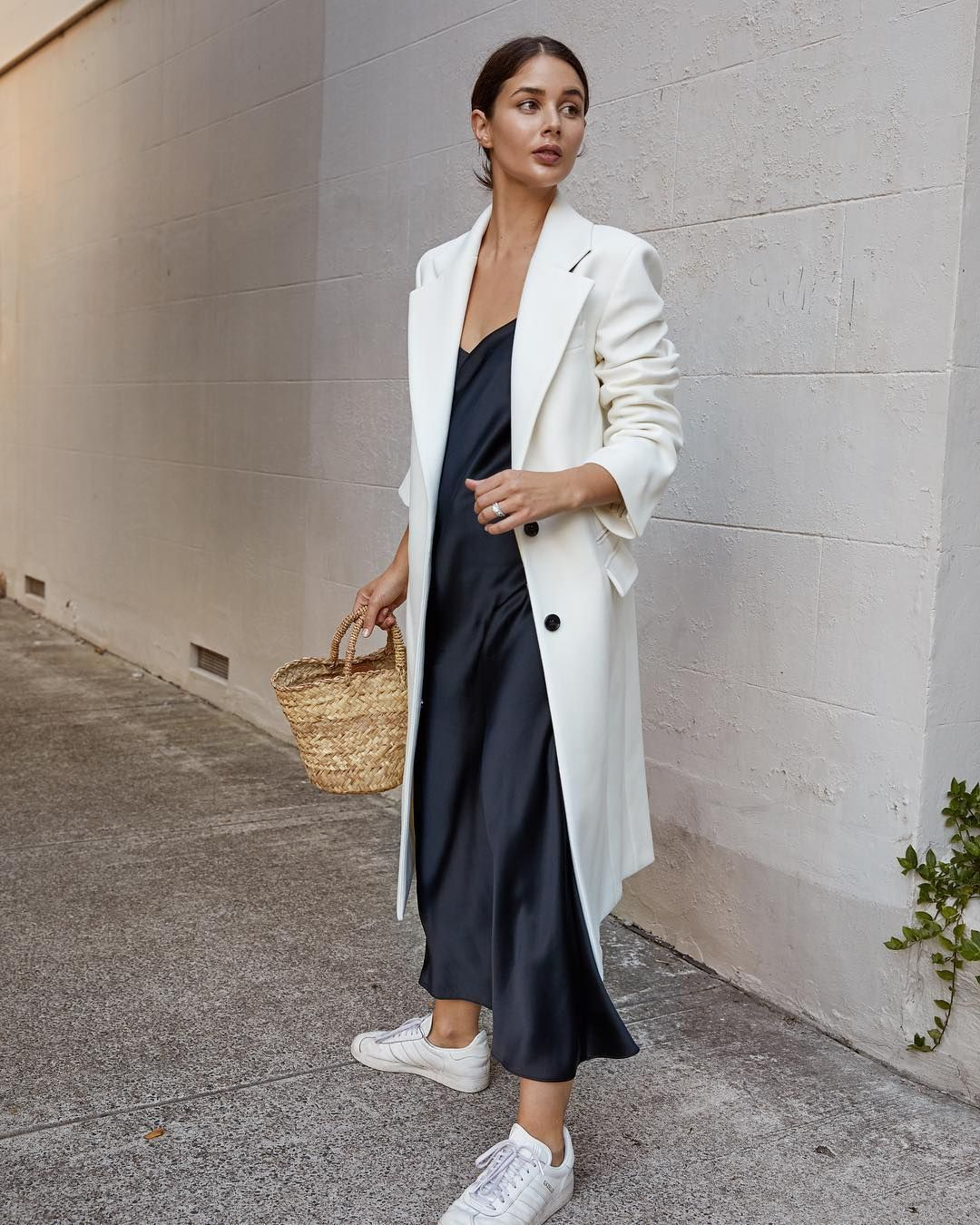 Đầm lụa slip dress phối cùng blazer dáng dài