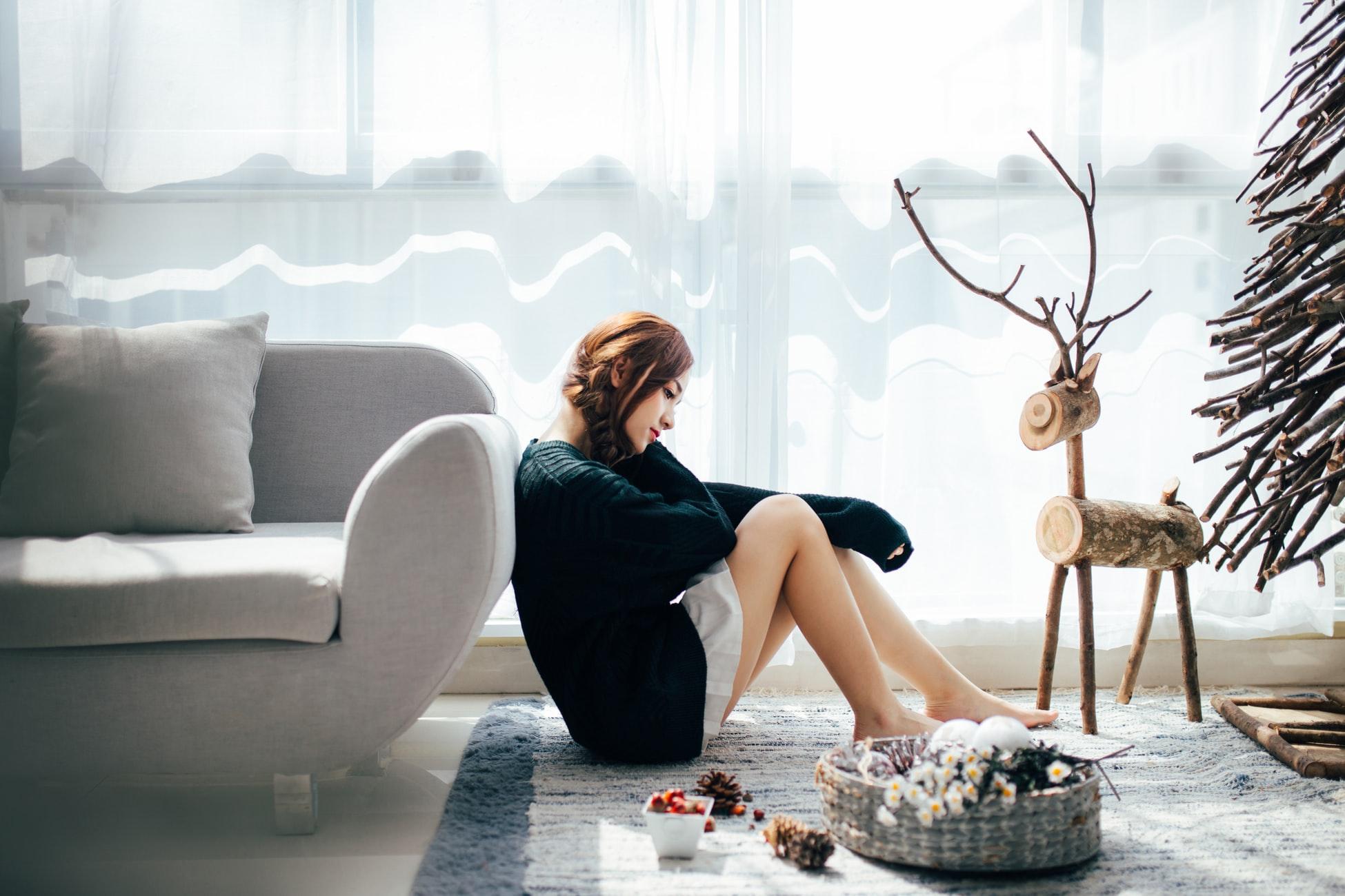 cô gái ngồi bó gối dựa vào sofa - cung hoảng đạo