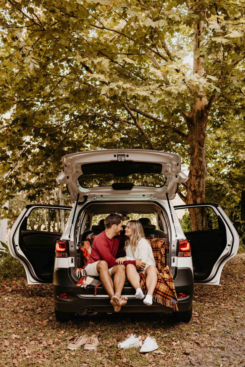 cặp đôi đi du lịch trên xe