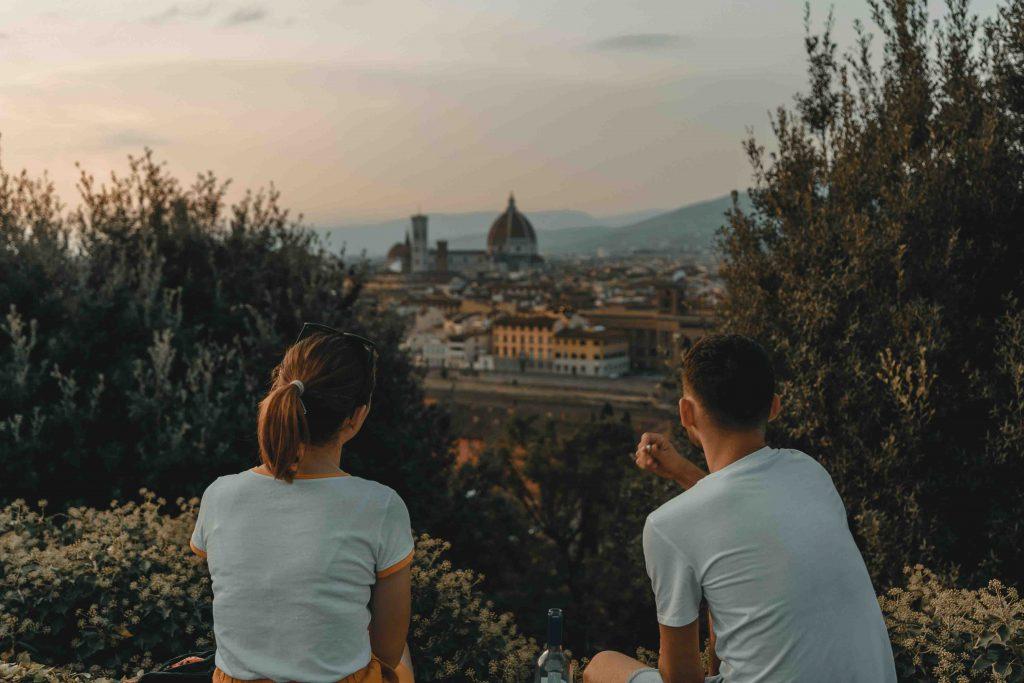 cặp đôi ngồi ngắm cảnh