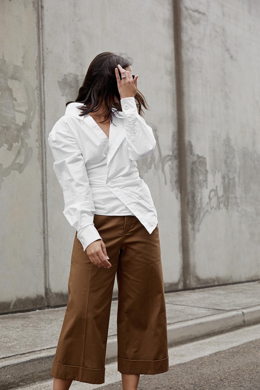 thời trang tuổi 30 áo sơ mi trắng đắp chéo quần linen màu nâu