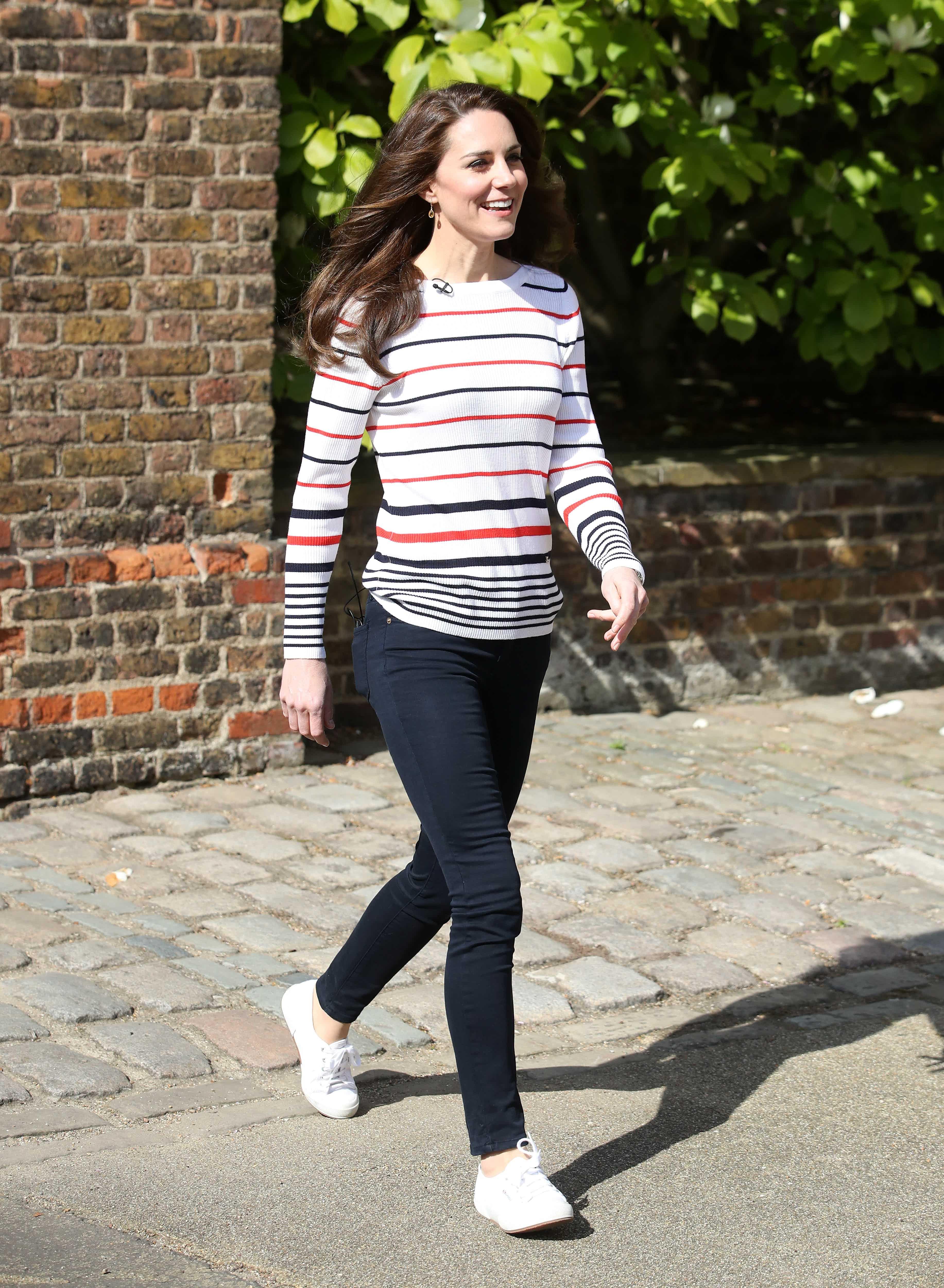 Một biến tấu hiện đại của chiếc áo Brenton. Công nương Kate Middleton khéo léo chọn sneaker trắng cùng màu với áo để tạo ra tổng thể bắt mắt. - cách phối đồ với áo sọc ngang