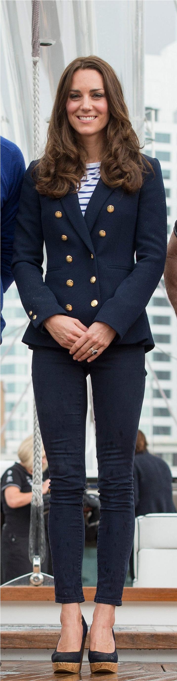 Trong chuyến công du của mình, Công nương phối áo blazer màu xanh navy, quần skinny và giày đế xuồng cùng màu với chiếc áo sọc ngang. - cách phối đồ cùng áo kẻ ngang - cách phối đồ với áo sọc ngang của Công nương Kate