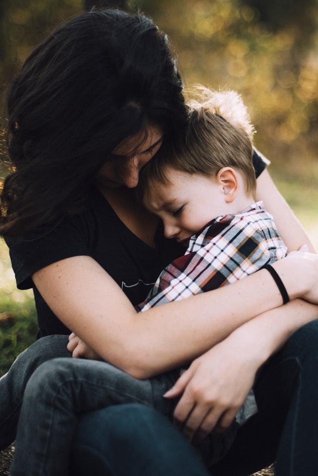 người mẹ ôm con trai