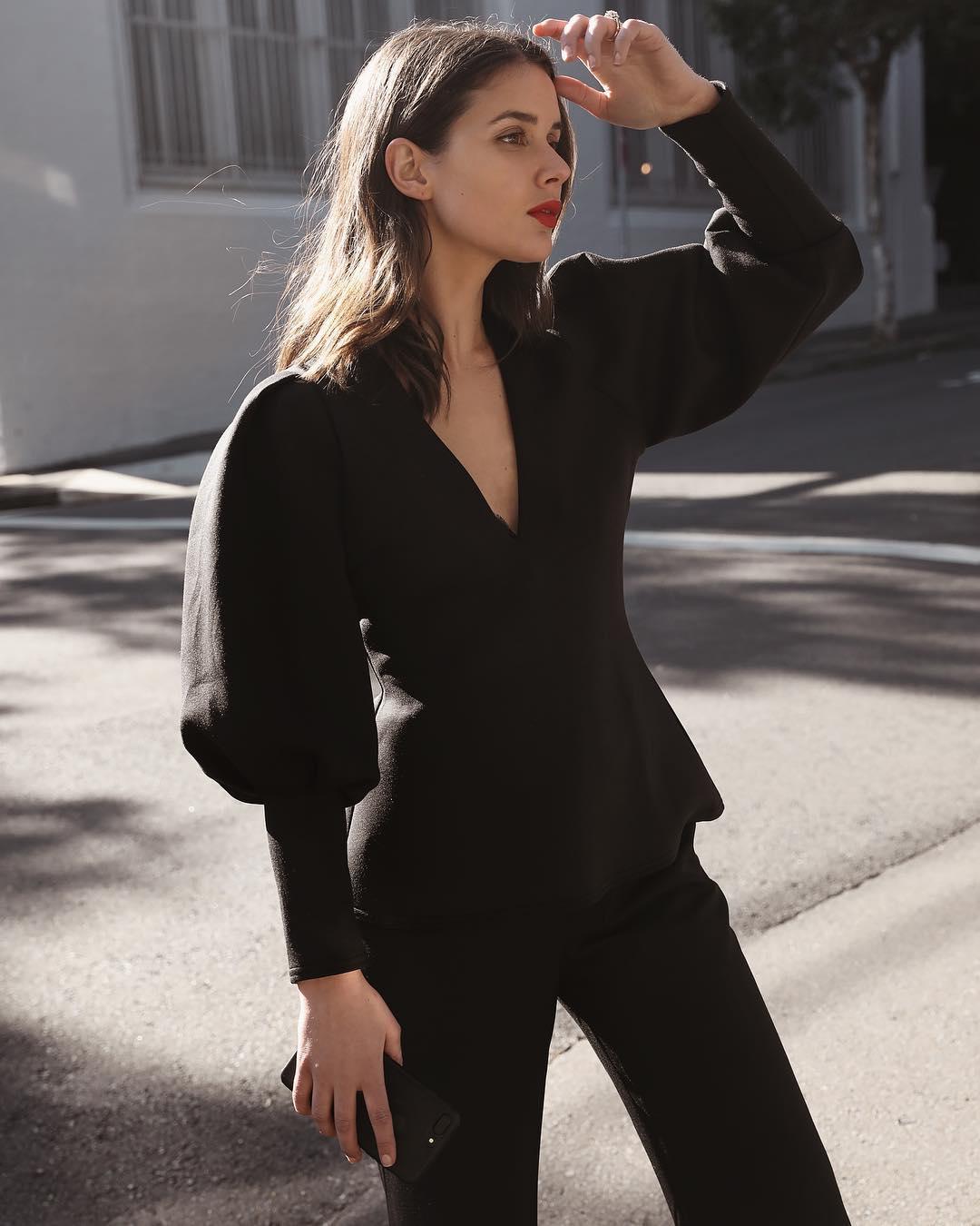 phong cách tối giản - sara crampton mặc áo tay bồng đen