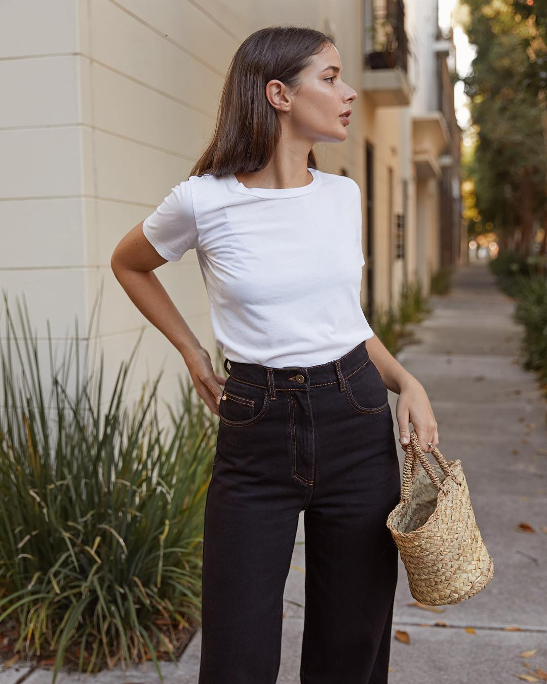 phong cách tối giản - sara crampton mặc áo thun trắng