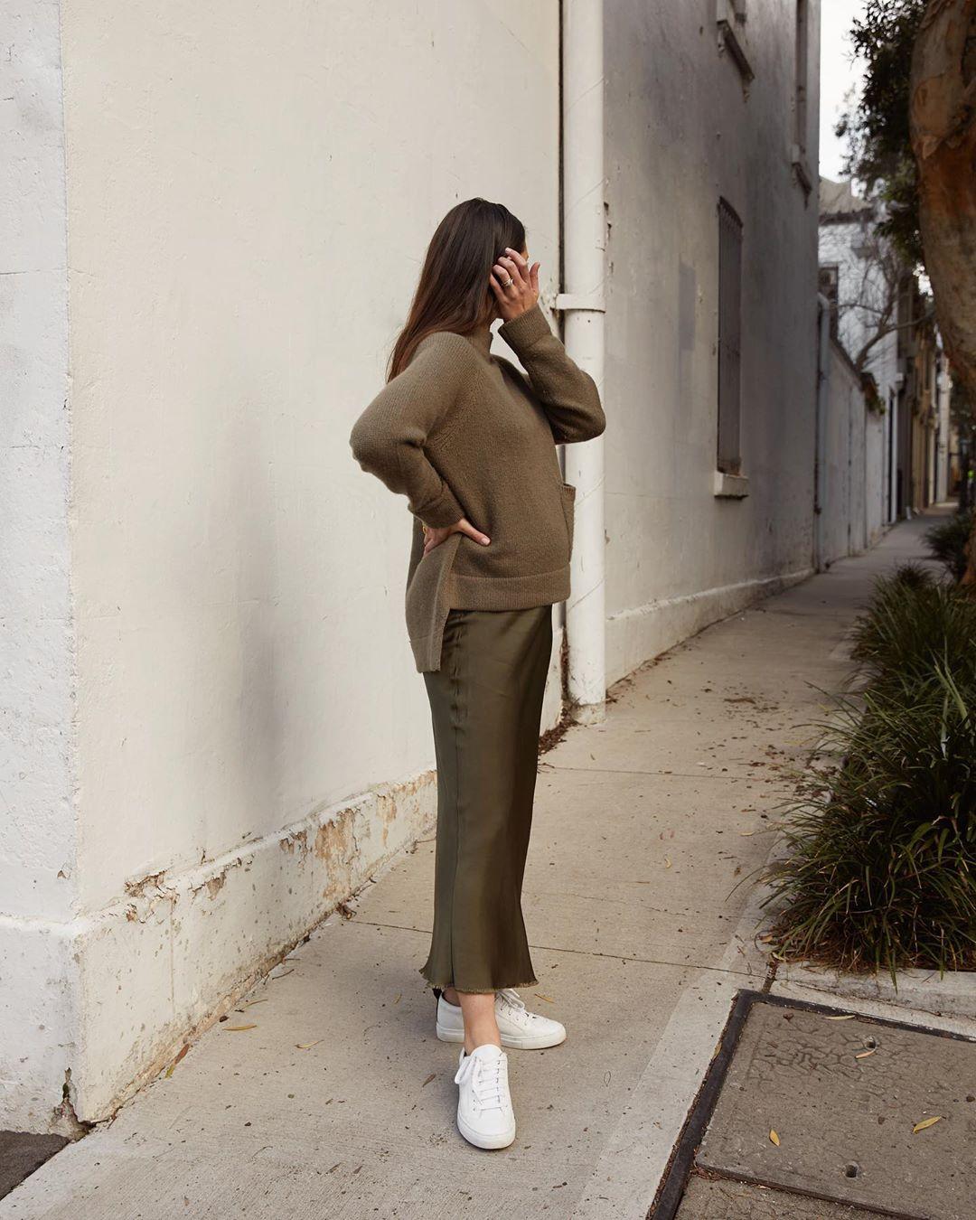 phong cách tối giản - sara crampton mặc đồ xanh rêu