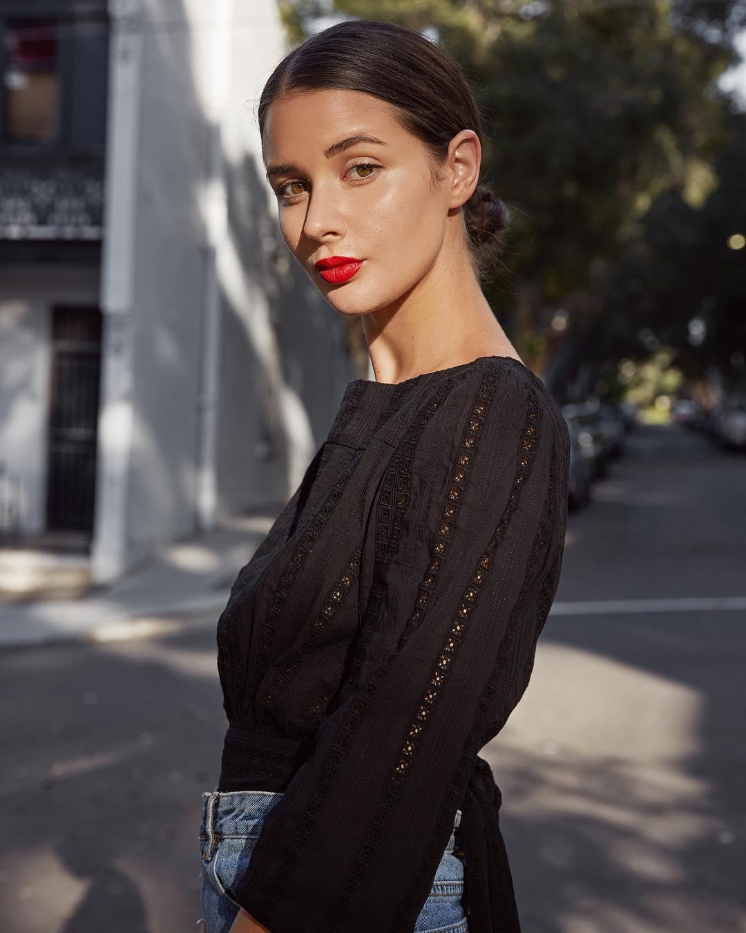 sara crampton mặc áo blouse đen