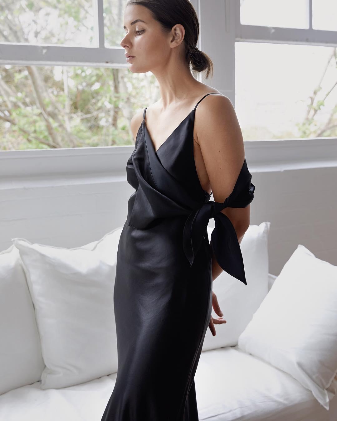 sara crampton mặc đầm đen lụa