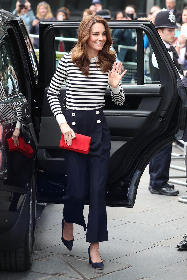 Trong sự kiện quan trọng, công nương chọn chiếc áo kẻ ngang kết hợp quần tây ống suôn và giày cao gót. - cách phối đồ với áo sọc ngang