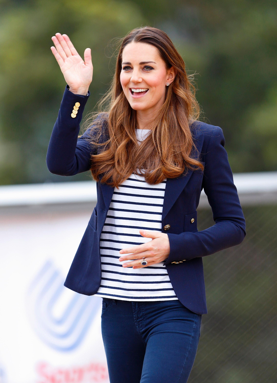 Nữ Công tước xứ Cambridge phối áo sọc ngang với blazer màu xanh navy khi tham dự một buổi thi đấu bóng chày gây quỹ từ thiện tại London. - cách phối đồ formal với áo sọc ngang