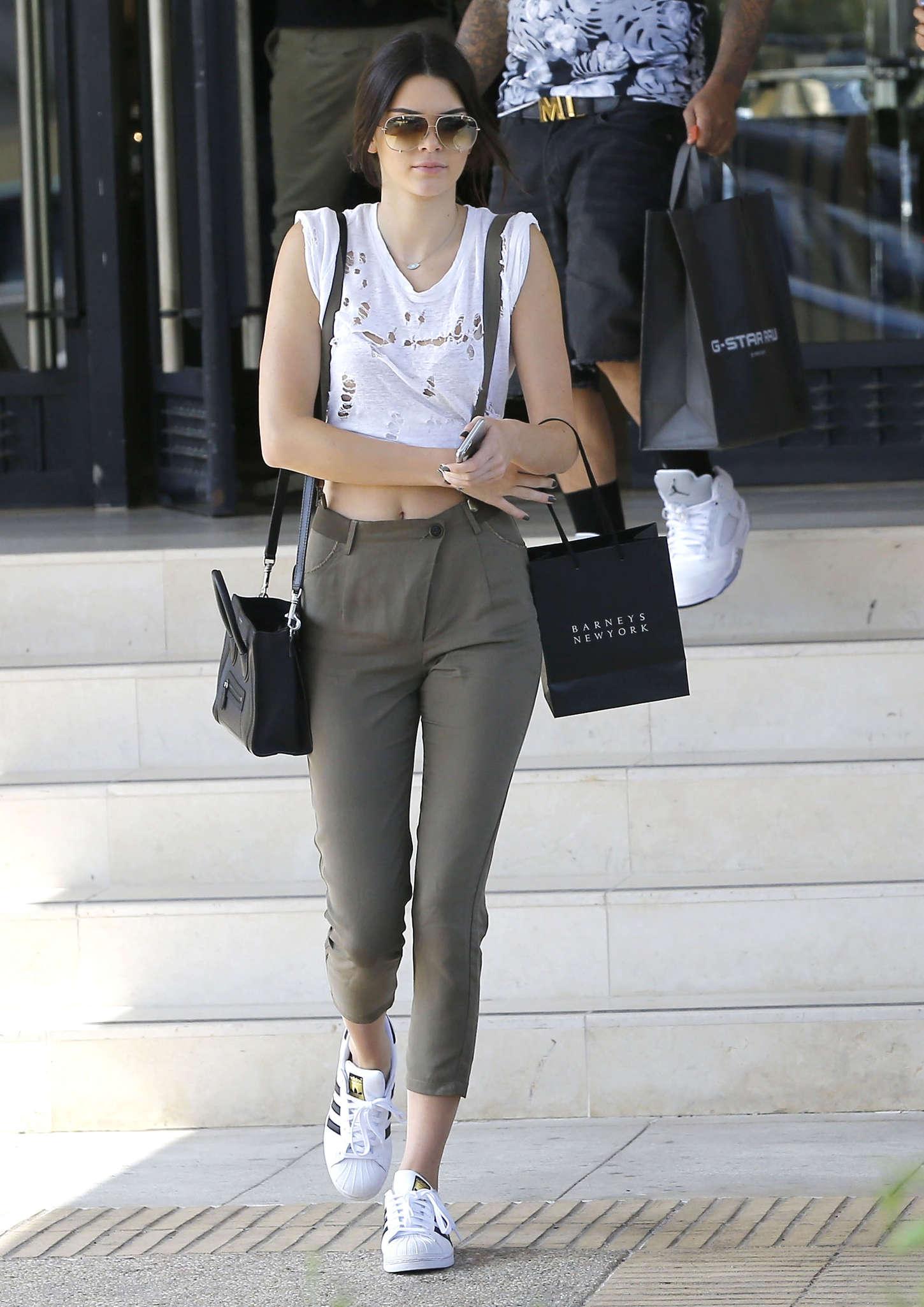 Kendall Jenner mang giày thể thao trắng Superstar cổ điển