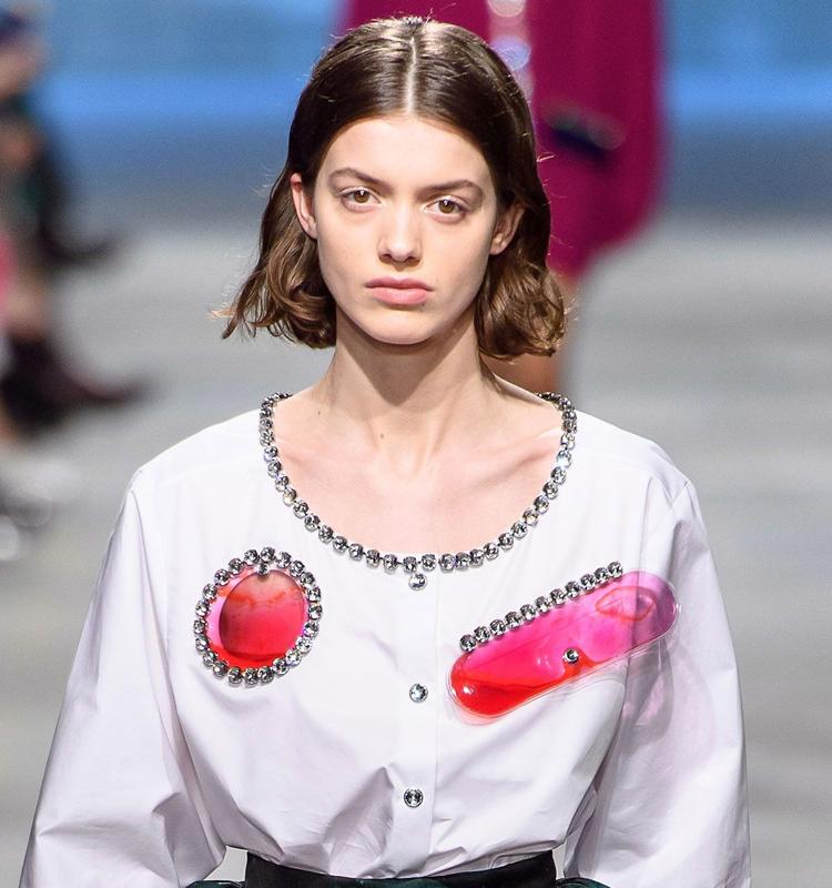Kiểu tóc đẹp mùa Thu 2019 không thể thiếu vắng xu hướng rẽ ngôi giữa (Sàn diễn thời trang Thu/ Đông 2019 từ thương hiệu Christopher Kane). Ảnh: Vogue.