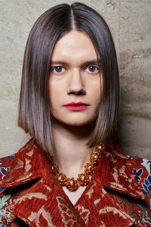 Kiểu tóc đẹp mùa Thu với phần mái rẽ ngôi giữa từ sàn diễn Thu/ Đông 2019 của Oscar de la Renta. Ảnh: Vogue.