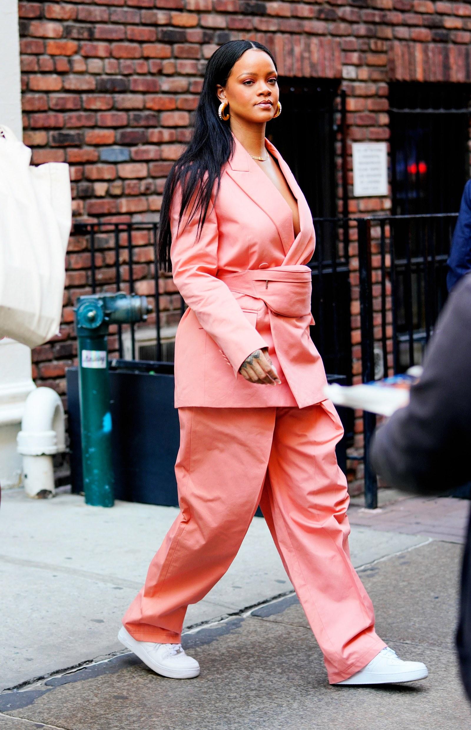 Rihanna mang giày thể thao trắng Nike AF 1