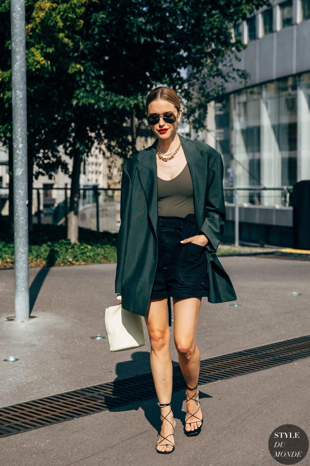 thời trang tuổi 30 áo blazer màu xanh rêu quần short denim đen giày sandal dây