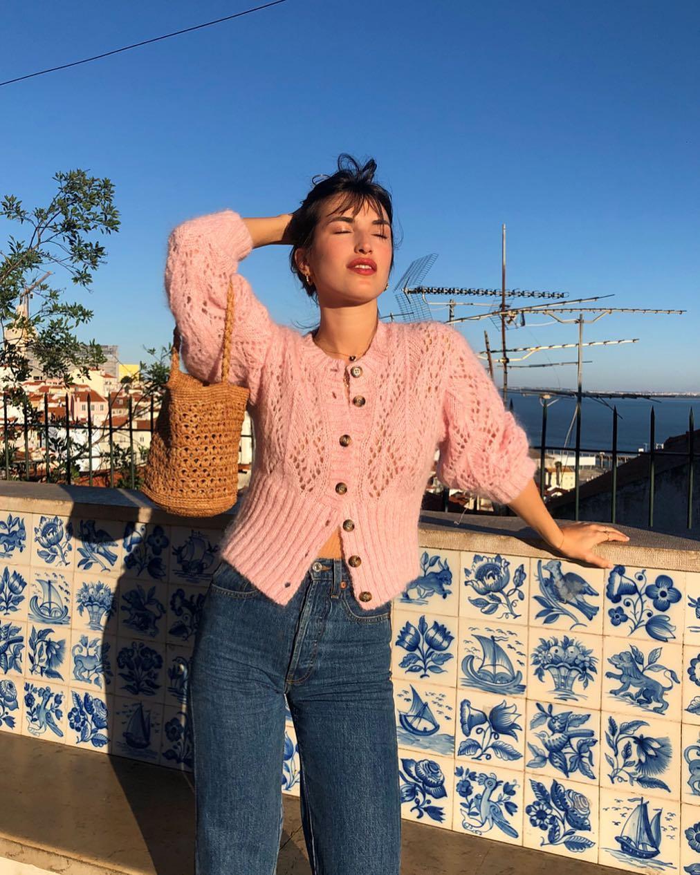 cardigan lửng - thời trang mùa thu của Jeanne Damas