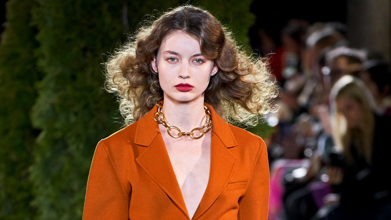 Kiểu tóc đẹp mùa Thu 2019từ nhà mốt Oscar de la Renta. Ảnh: Vogue.