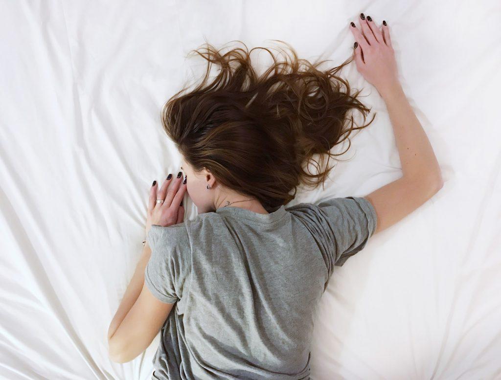 cô gái nằm trên giường