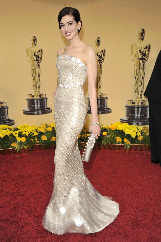 Anne Hathaway tại thảm đỏ Oscar trong trang phục từ Armani - những câu nói hay về phong cách thời trang thanh lịch