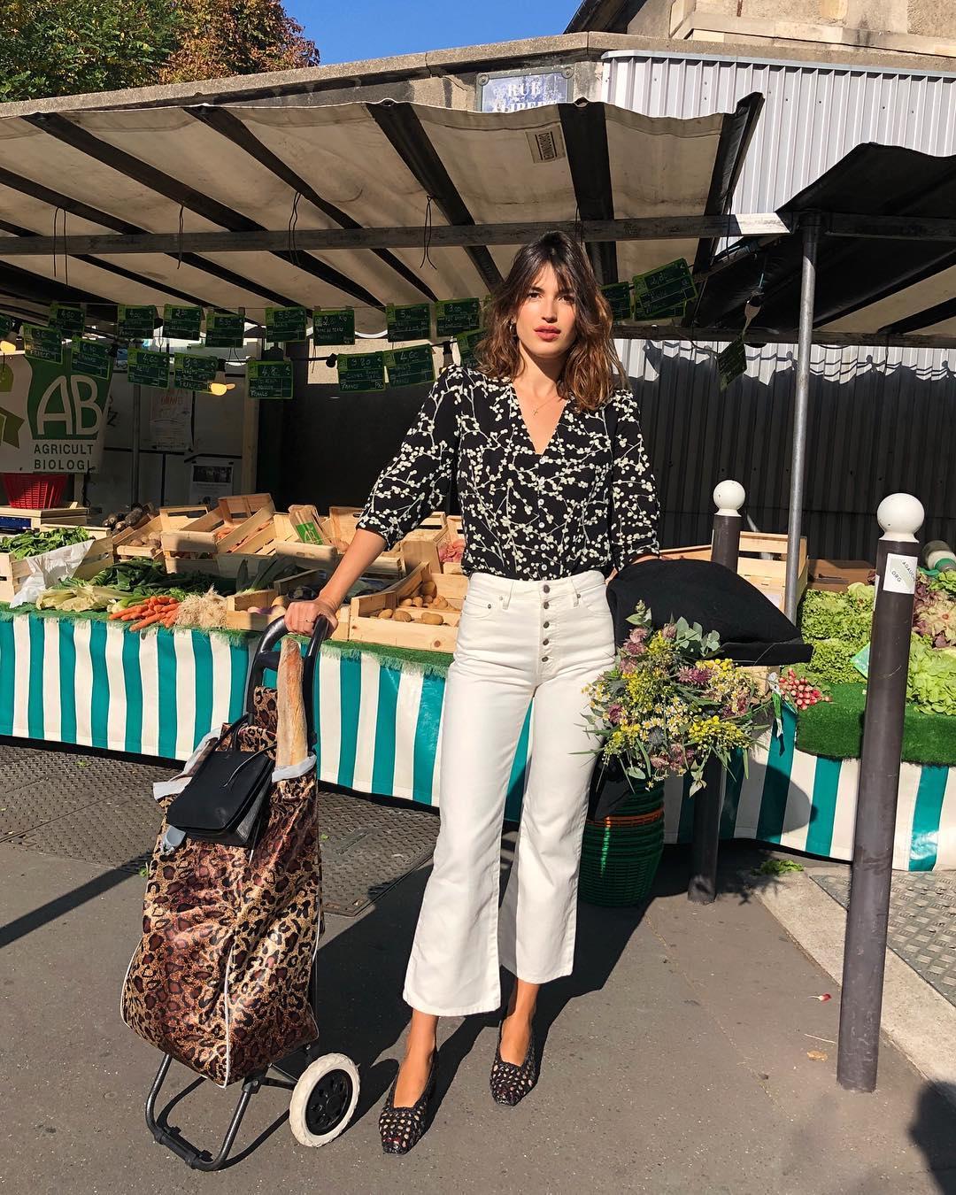 quần trắng lửng ống loe - thời trang mùa thu Jeanne Damas