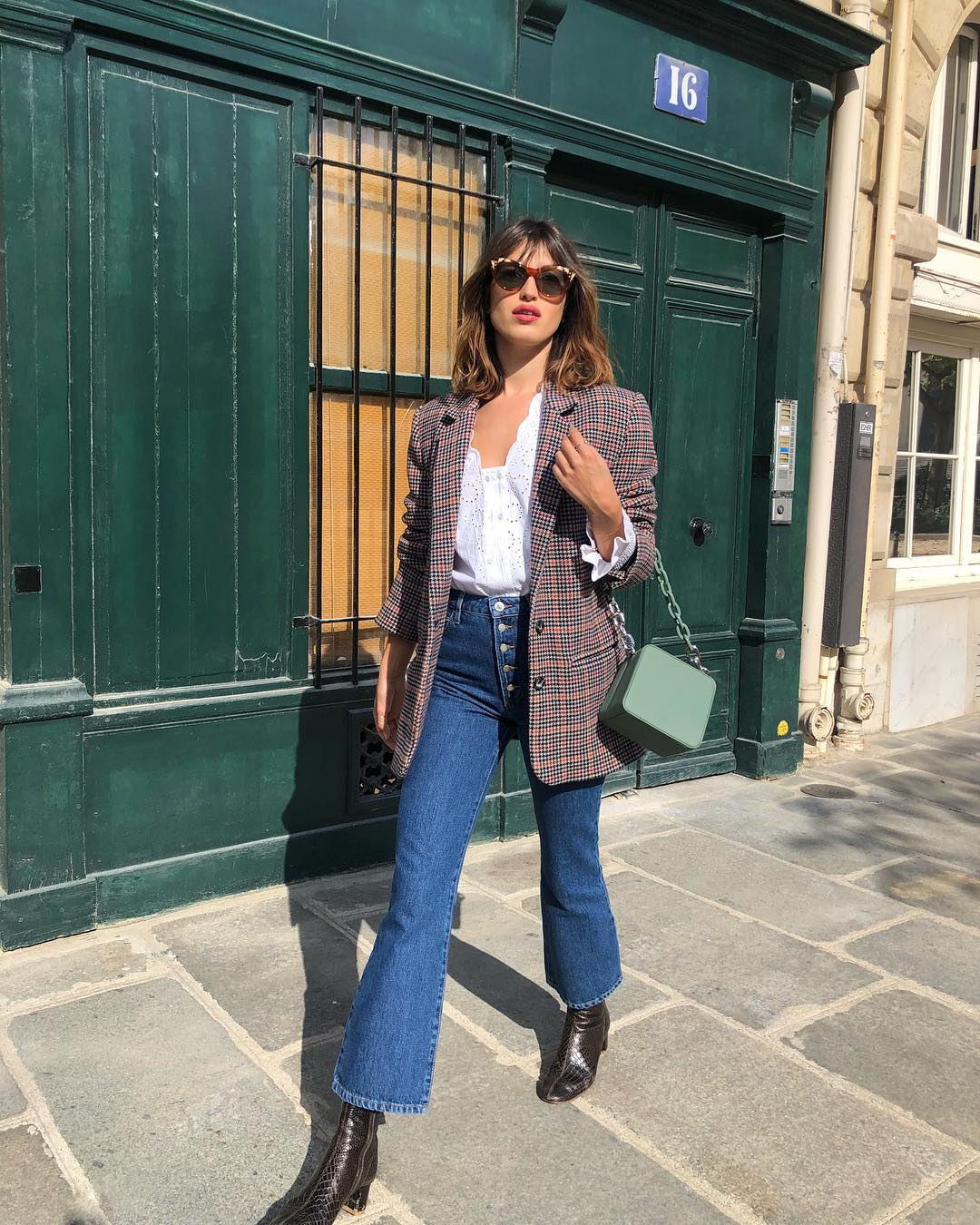 quần lửng ống loe là một trong những món đồ thời trang mùa thu của Jeanne Damas