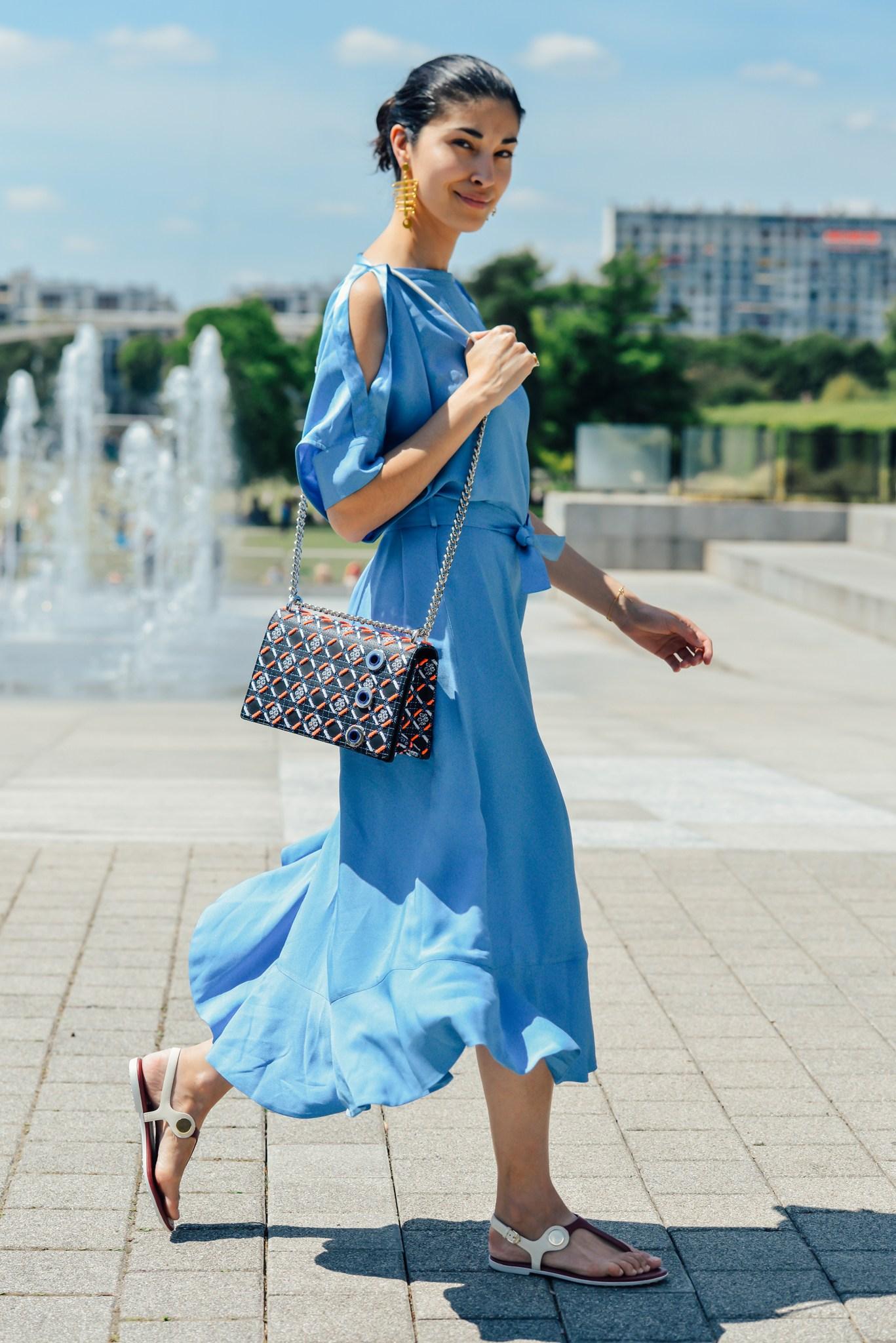 Một bộ đầm xanh dương cho một ngày trời xanh nắng vàng