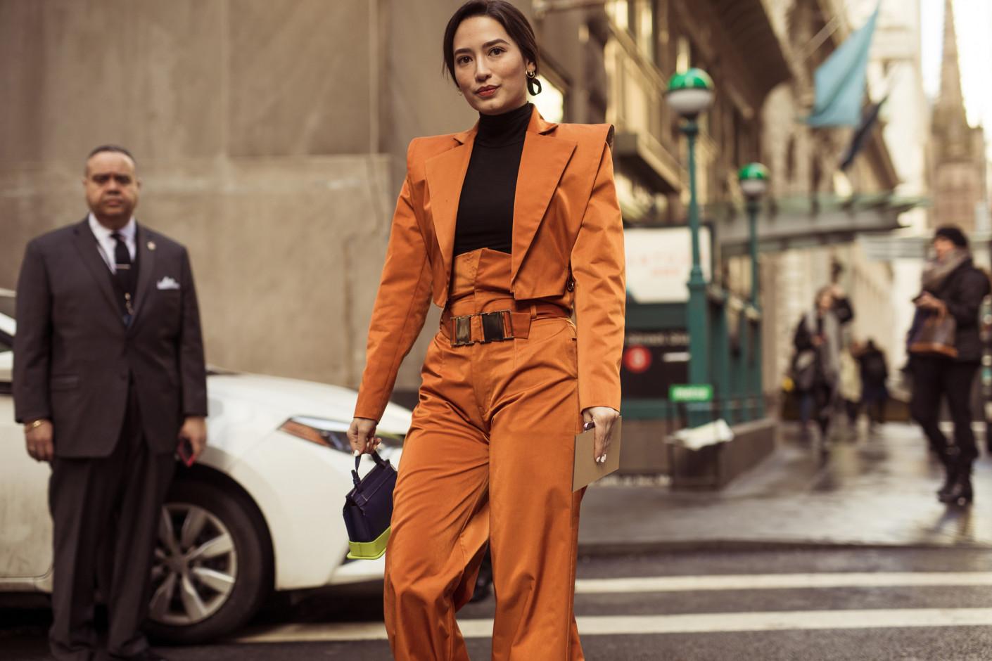 Cách phối đồ cho suit cam cách điệu thiết kế