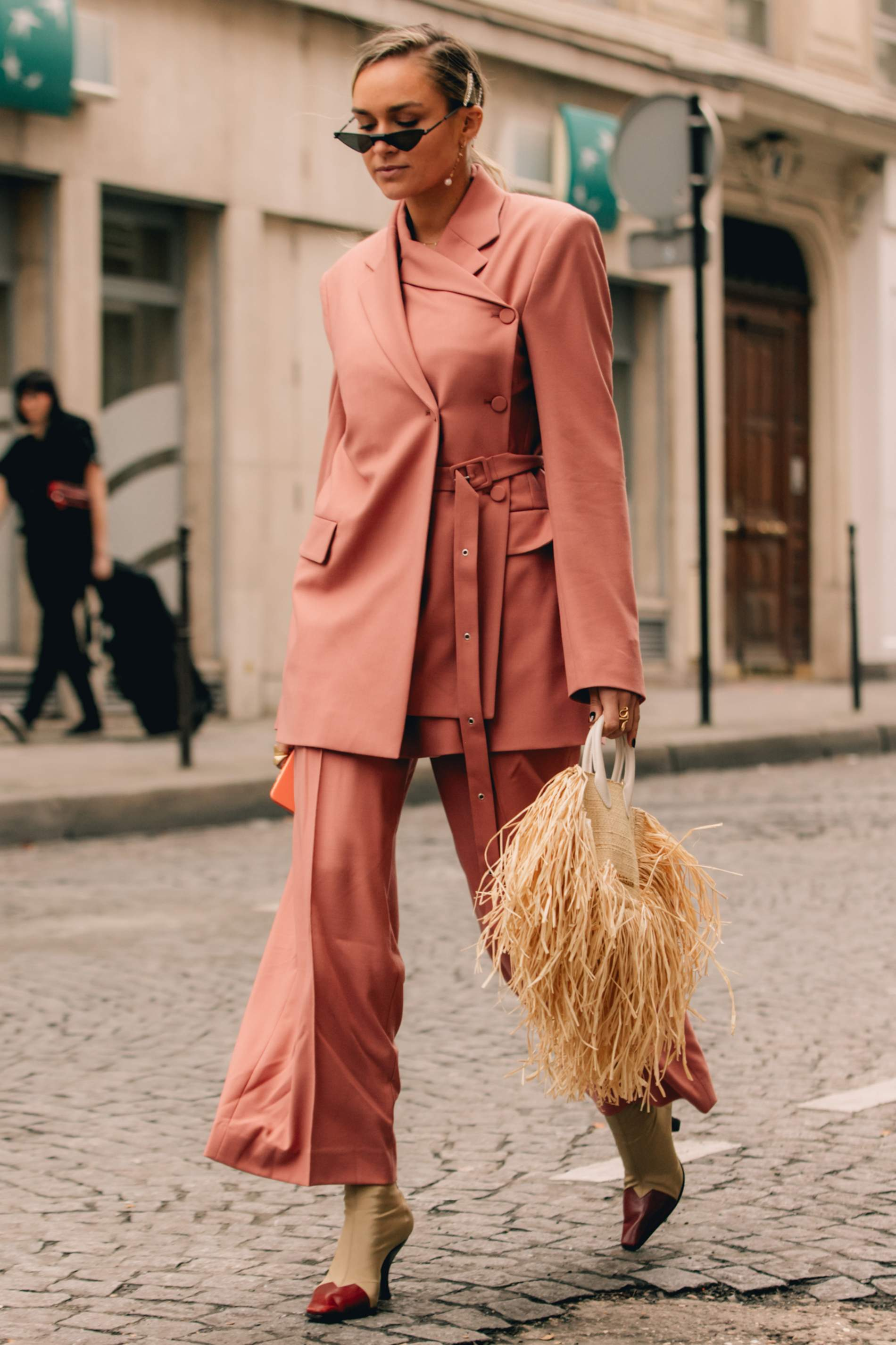 Bộ suit đơn sắc màu da cam với thiết kế áo cách điệu