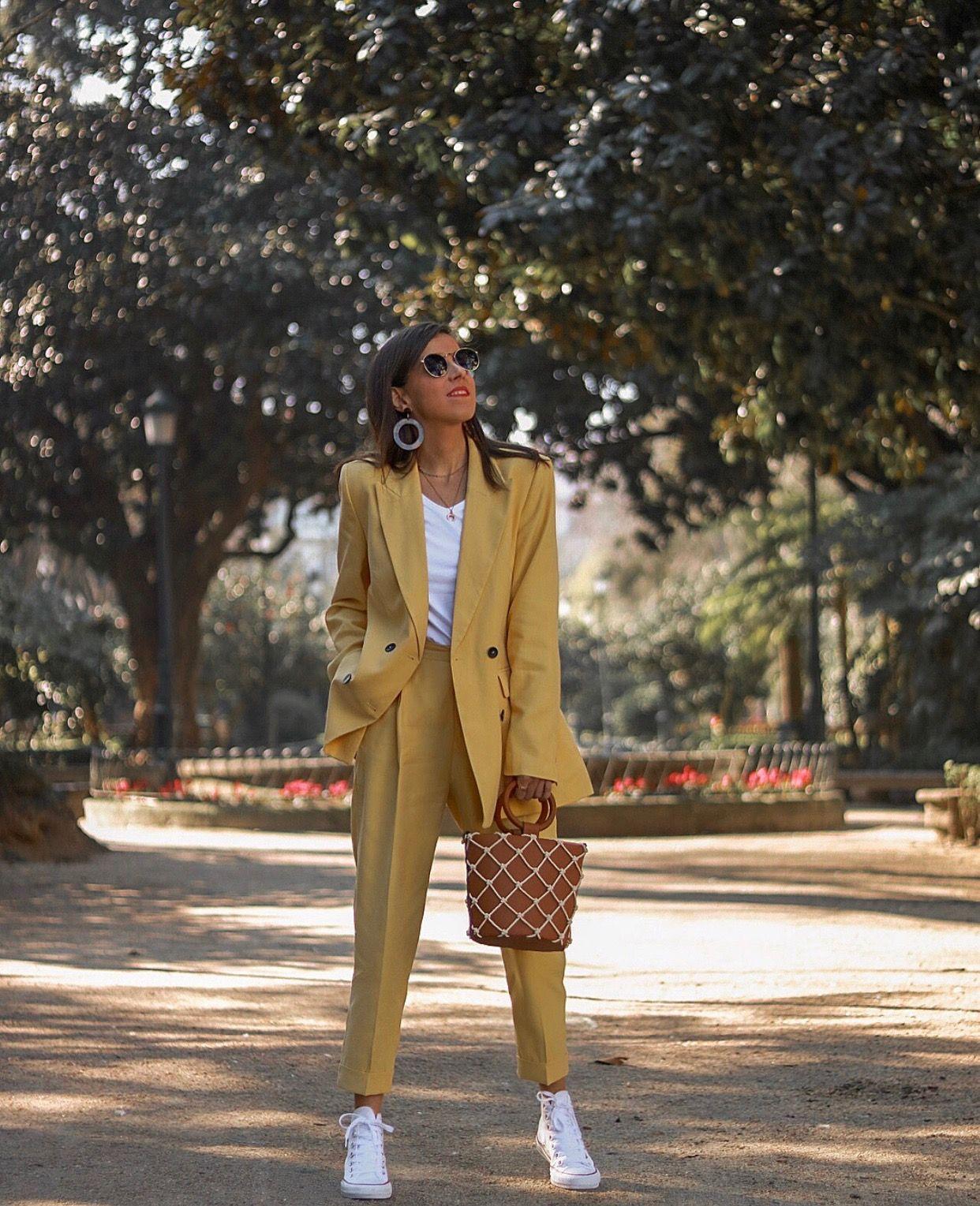 Bộ suit vàng đơn giản và áo thun trắng
