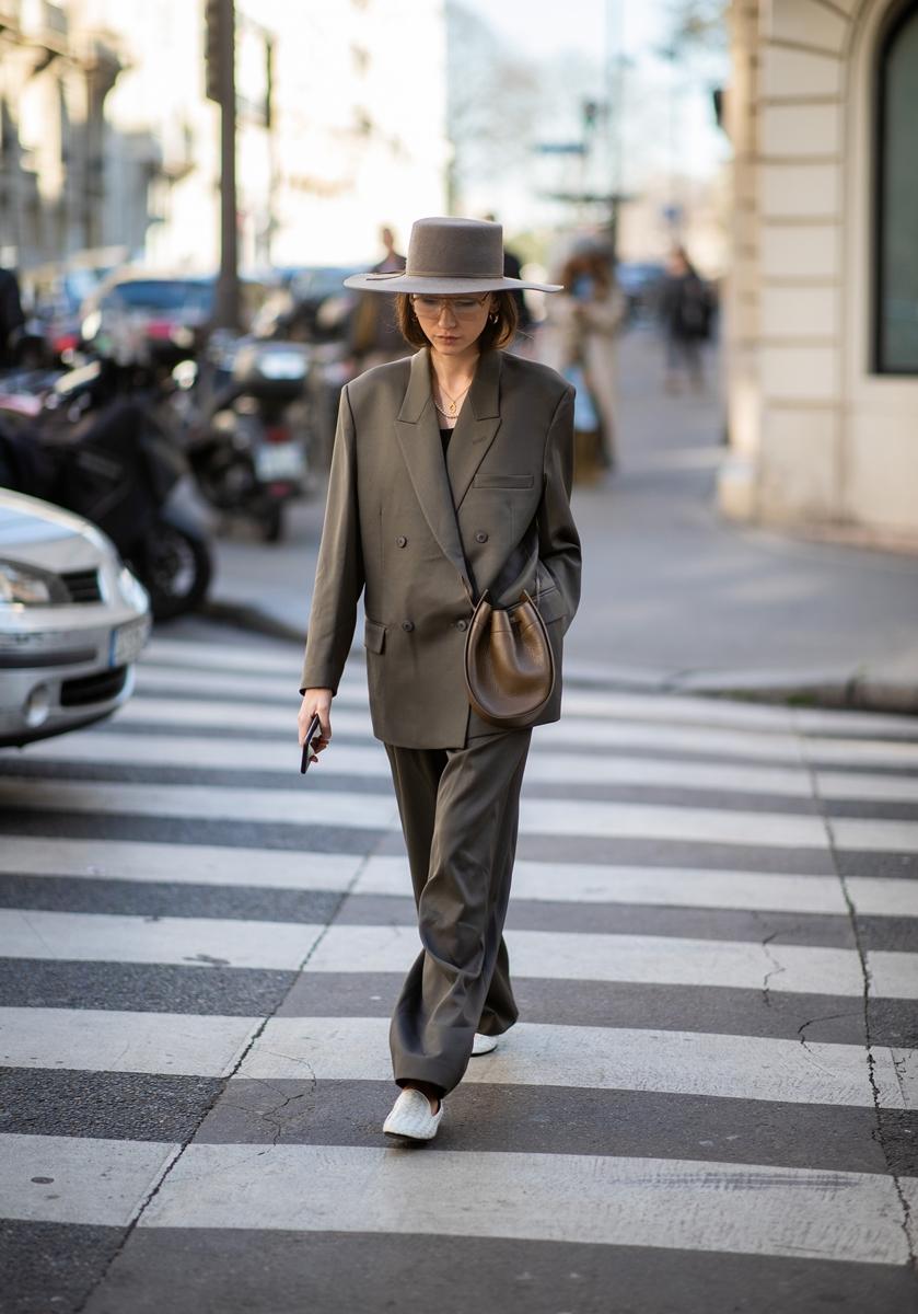 Suit xanh rêu và nón cùng màu cho cô nàng công sở