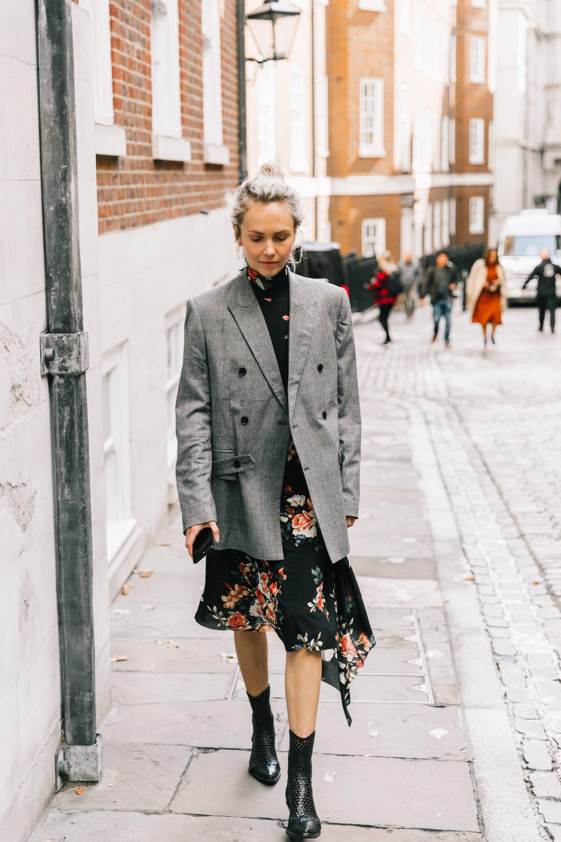 blazer đầm hoa đen tóc búi