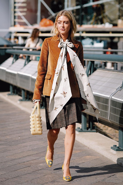 thời trang cung hoàng đạo xữ nữ blazer nâu nơ lớn túi xách hạt cườm