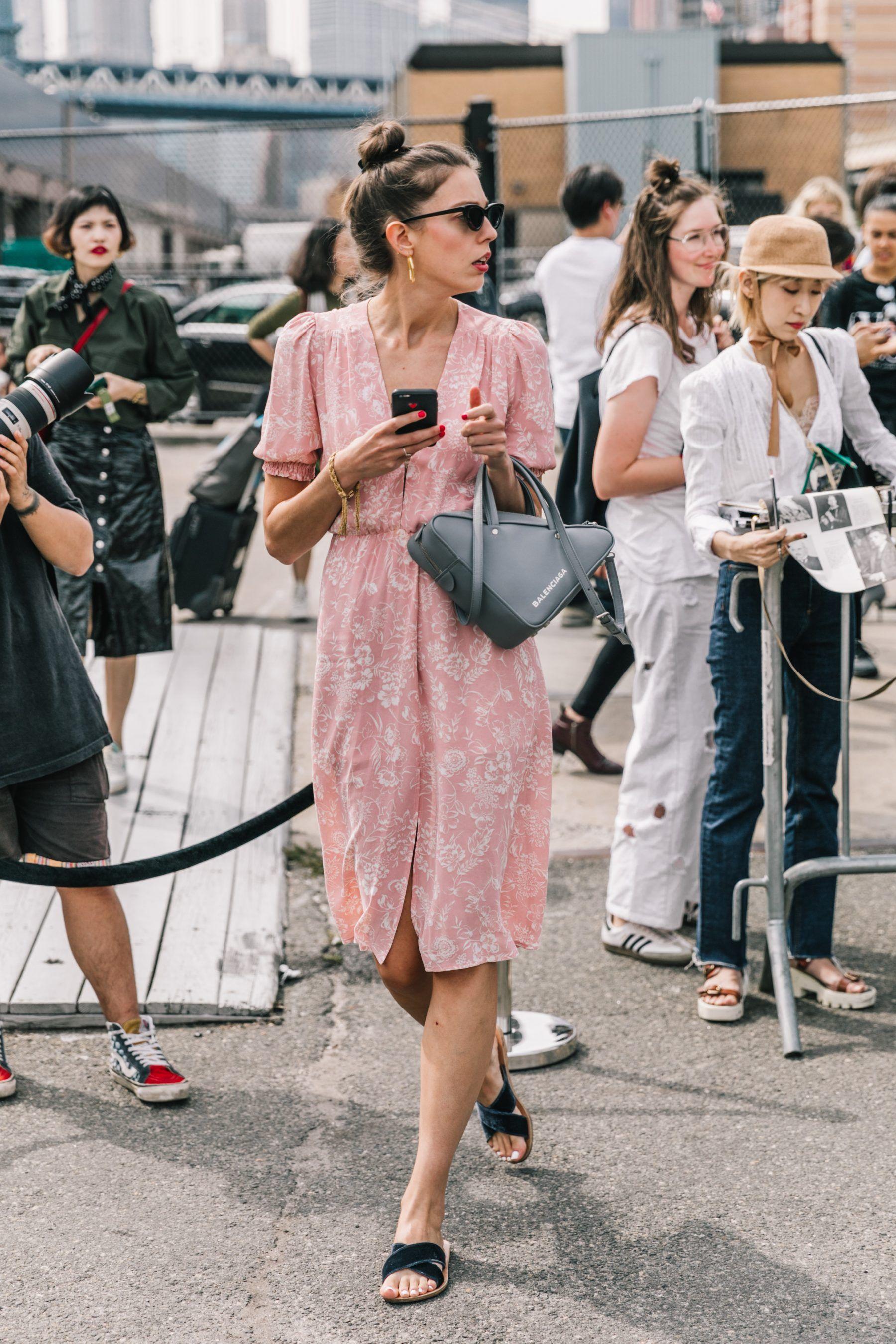 thời trang cung hoàng đạo đầm hồng túi balenciaga