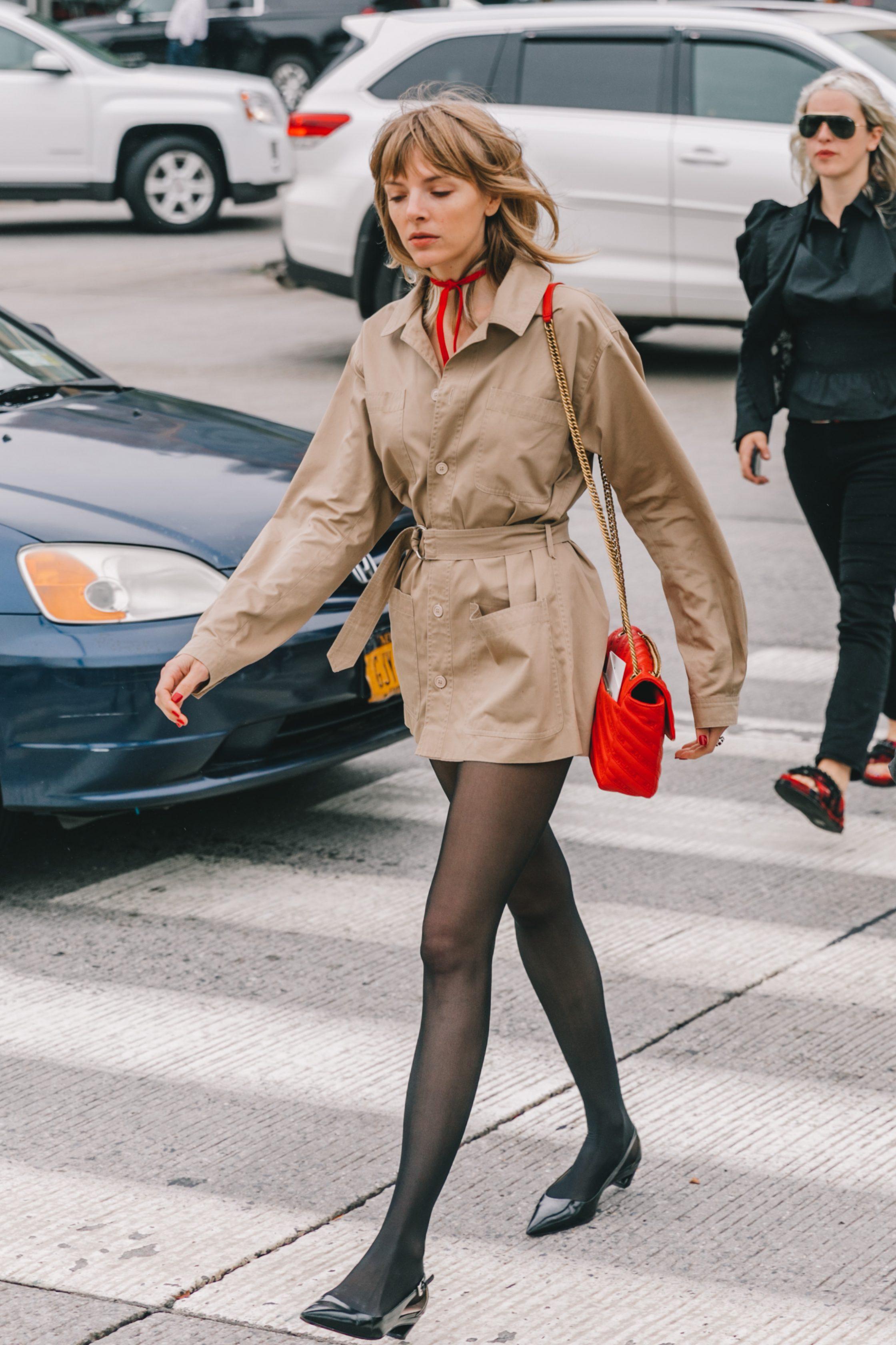 đầm sơmi màu beige choker đỏ túi xách chanel đỏ