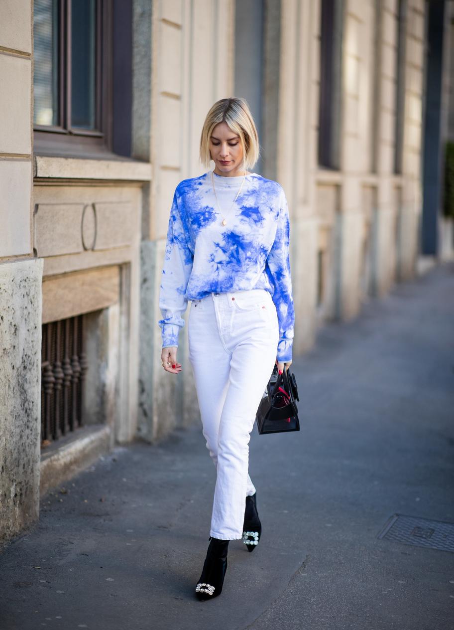 áo tie dye xanh quần jeans trắng