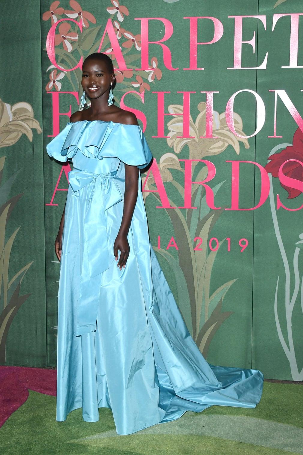 Adut Akech, người dẫn chương trình của sự kiện xuất hiện trong thiết kế từ Valentino tại green carpet fashion awards