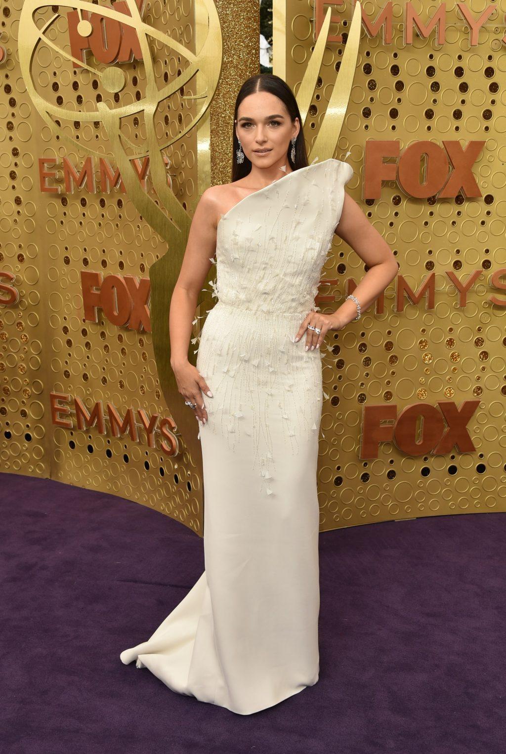 Nữ diễn viên người Ý xuất hiện trong trang phục đươc đính hoa tinh xảo của nhà mốt Antonio Grimaldi.