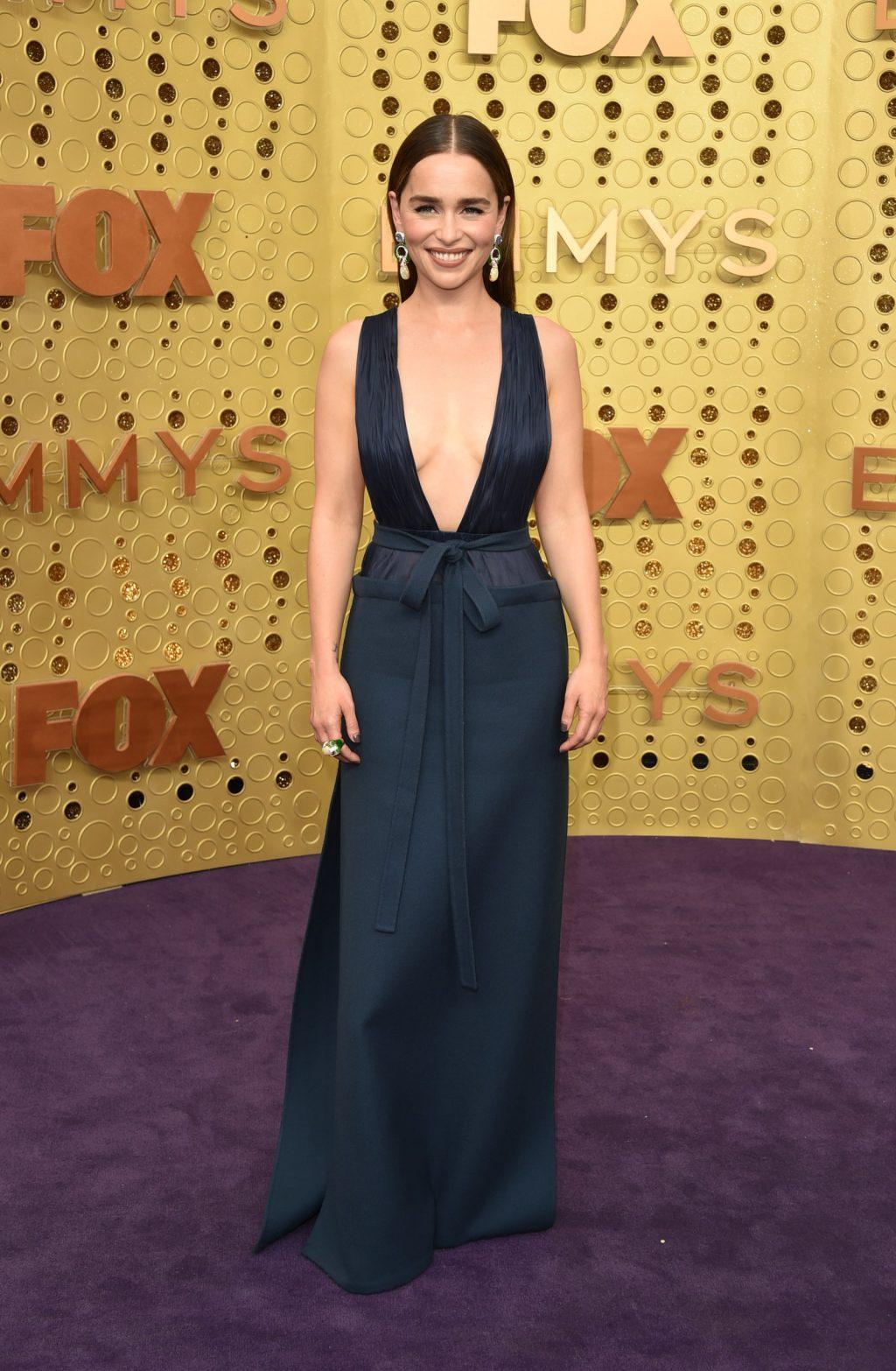 """Emilia Clarke, nữ diễn viên nằm trong danh sách 10 sao nữ được trả cát-xê cao nhất Hollywood. """"Mẹ Rồng"""" Game of Thrones xuất hiện trong chiếc đầm đen thanh lịch từ thương hiệu Valentino trên thảm đỏ lễ trao giải emmy 2019"""