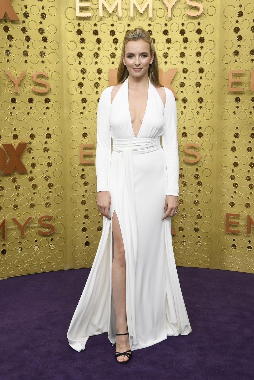 Nữ diễn viên người Anh Jodie Comer vừa đoạt giải nữ diễn viên chính xuất sắc trong lễ trao giải British Academy Television tháng 5 vừa qua xuất hiện tại lễ trao giải emmy 2019 trong thiết kế màu trắng với những chi tiết cắt xẻ tinh tế từ Tom Ford