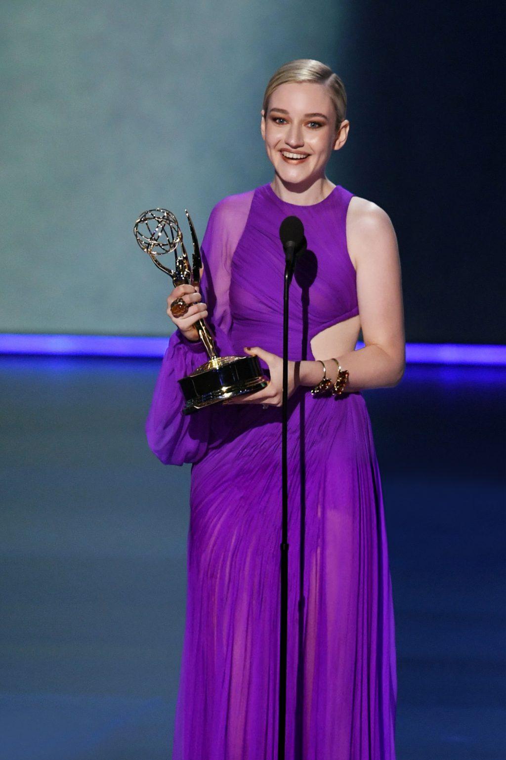 Julia Garner trong thiết kế của ntk công trí tại lễ trao giải Emmy 2019